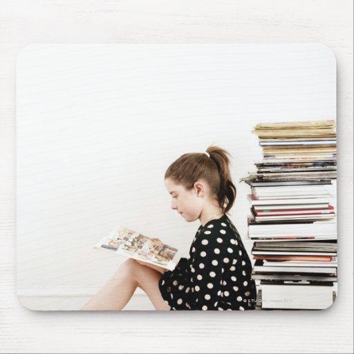Banda desenhada da leitura do adolescente pela pil mousepad