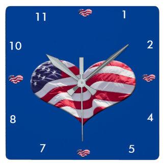 Bandeira americana da forma do coração, em um relógio para parede