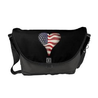 Bandeira americana em um coração bolsas mensageiro