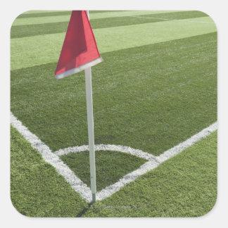 Bandeira de canto vermelha no campo de futebol adesivo quadrado