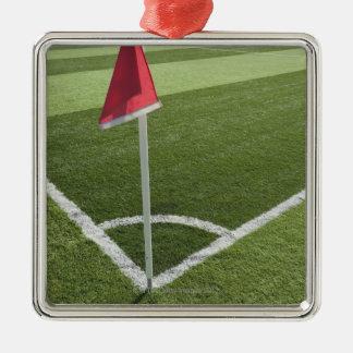 Bandeira de canto vermelha no campo de futebol ornamento quadrado cor prata
