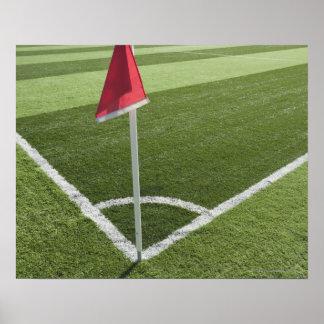 Bandeira de canto vermelha no campo de futebol pôster