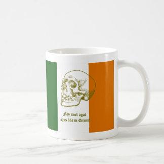 Bandeira irlandesa com o desenho humano do crânio caneca de café