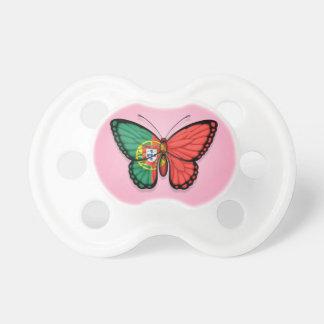 Bandeira portuguesa da borboleta no rosa chupeta de bebê