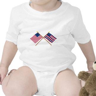 Bandeiras cruzadas de Betsy Ross e de Serapis Macacãozinhos Para Bebê