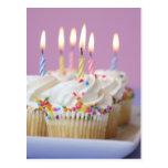Bandeja de cupcakes do aniversário com velas cartão postal