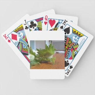 Baralhos De Pôquer Avelã verdes frescas em uma mesa de madeira