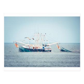 Barco azul do camarão no oceano cartão postal