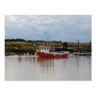 Barco de pesca alaranjado pequeno cartão postal