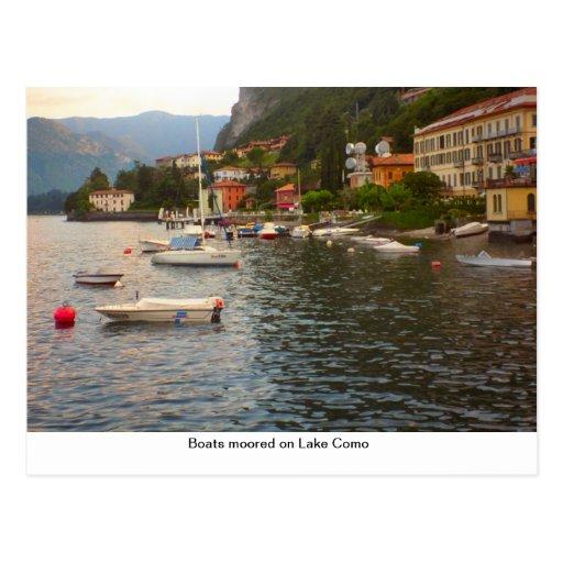 Barcos amarrados no lago Como Cartão Postal