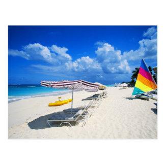 Barcos e cadeiras de praia cartão postal