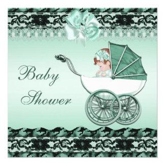 Bebé bonito no chá de fraldas verde da carruagem convites personalizados