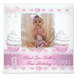 Bebê cor-de-rosa branco 3 do cupcake da primeira convite