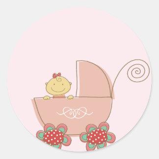 Bebê em um carrinho cor-de-rosa adesivos em formato redondos