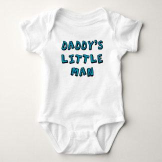 Bebê pequeno do homem do pai tshirt
