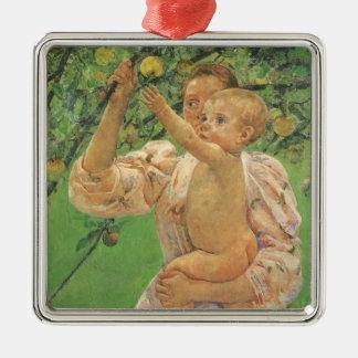 Bebê que alcança para Apple por Mary Cassatt Ornamento Quadrado Cor Prata