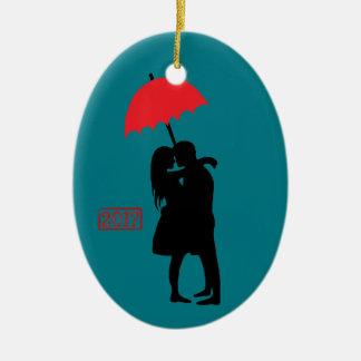 Beijando o guarda-chuva vermelho 2017 do casal ornamento de cerâmica