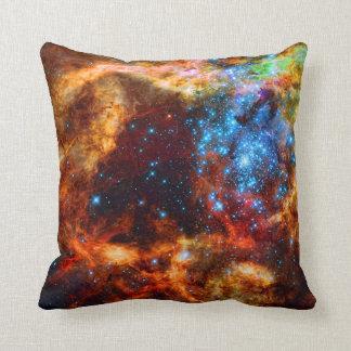 Berçário estelar R136 na nebulosa do Tarantula Travesseiros De Decoração