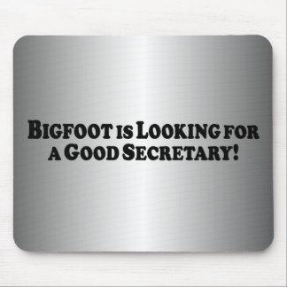 Bigfoot que olha para o bom secretário mouse pad