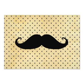 Bigode preto engraçado em bolinhas do amarelo do convite 12.7 x 17.78cm