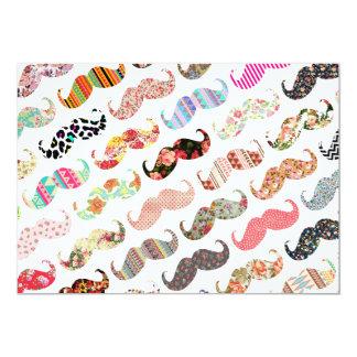 Bigodes coloridos femininos engraçados dos padrões convite 12.7 x 17.78cm