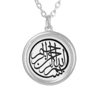 Bismillah em nome da caligrafia do árabe do deus colar banhado a prata