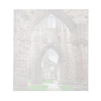 Bloco De Anotação Vista interior da abadia antiga Wales de Tintern,