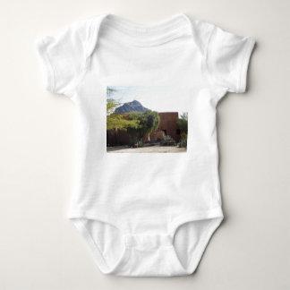 Body Para Bebê Construção de Adobe com árvores