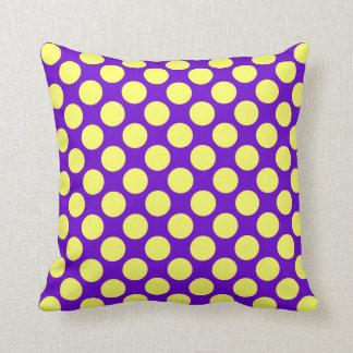 Bolinhas amarelas com fundo roxo almofada