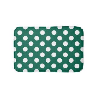 Bolinhas brancas no verde prudente tapete de banheiro