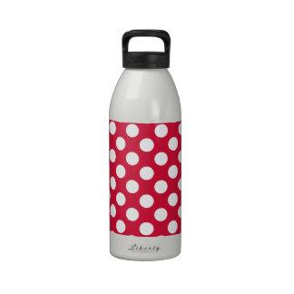 Bolinhas carmesins garrafas de água esportivas