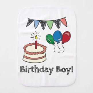 Bolo bonito do menino do aniversário & mão dos fraldinhas de boca