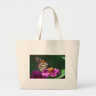 Bolsa Tote Grande Borboleta de monarca em uma flor cor-de-rosa