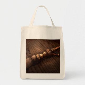 Bombeiro - é polido apontar bolsas para compras