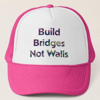 Boné A construção constrói uma ponte sobre não o chapéu