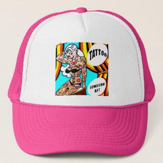 Boné pinup louro com chapéu dos tatuagens