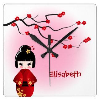 Boneca japonesa do kokeshi nas flores de sakura relógio quadrado