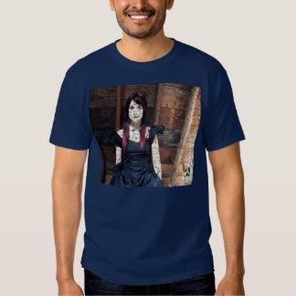 Boneca no sótão camisetas