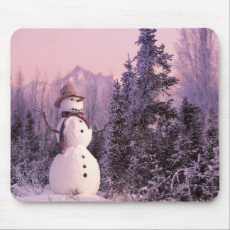 Boneco de neve do por do sol nas montanhas do inve mouse pads