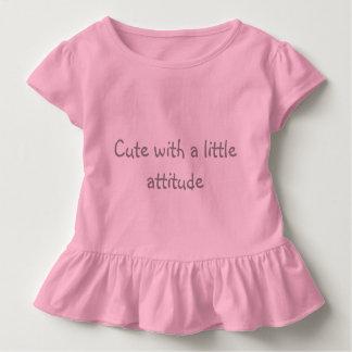 Bonito com o tshirt da atitude para crianças