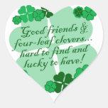 Bons amigos e trevos adesivos de corações