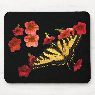 Borboleta de Swallowtail do tigre em flores vermel Mouse Pad