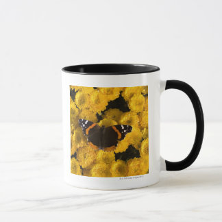 Borboleta em ásteres amarelos caneca