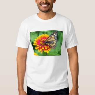 Borboleta em uma flor tshirts