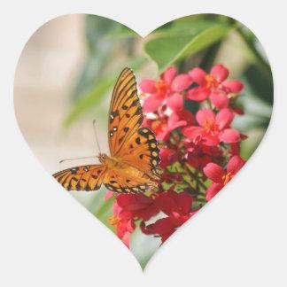 Borboleta na flor, etiqueta do coração adesivos em forma de corações