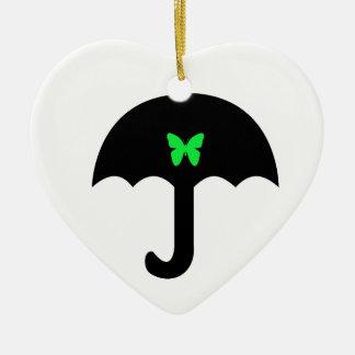 Borboleta no guarda-chuva ornamento de cerâmica coração