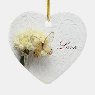 borboleta no ornamento do coração do buquê da flor