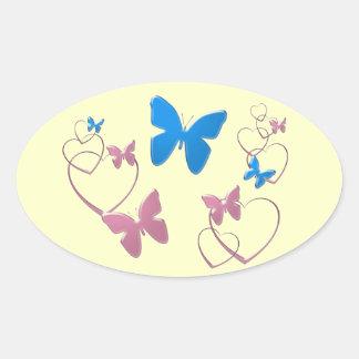 Borboletas e corações brandamente azuis e adesivo oval
