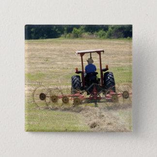 Bóton Quadrado 5.08cm Um menino novo que conduz uma colheita do trator