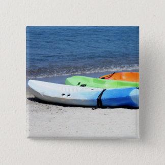 Bóton Quadrado 5.08cm Uma fileira dos caiaque em uma praia no santo